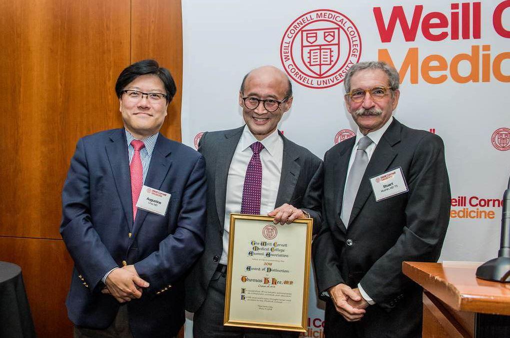 Awardee Thomas H. Lee, MD '79 with Dean Choi and Alumni Association President Stuart Mushlin, MD '73